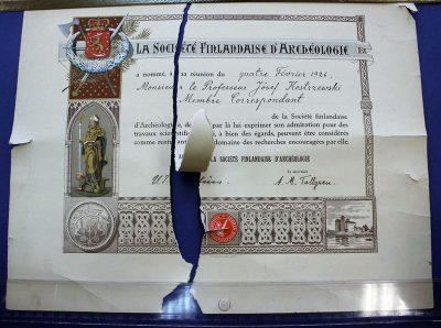 Dyplom członka Fińskiego Towarzystwa Prehistorycznego w Helsinkach (1926) przed konserwacją